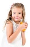 Glimlachend leuk geïsoleerd meisje met glas sap Royalty-vrije Stock Afbeelding