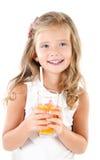 Glimlachend leuk geïsoleerd meisje met glas sap Stock Afbeeldingen