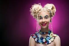 Glimlachend leuk het kindmeisje die van het gezichts aardig blonde DIY-juweel dragen acces stock afbeelding