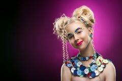 Glimlachend leuk het kindmeisje die van het gezichts aardig blonde DIY-juweel dragen acces royalty-vrije stock afbeeldingen