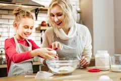 Glimlachend licht-haired weinig kind die met het koken worden onderhouden stock fotografie