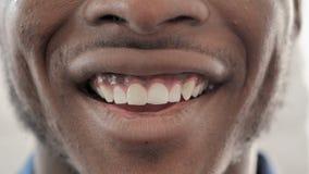 Glimlachend Lippen van de Afrikaanse Mens, sluit omhoog stock video