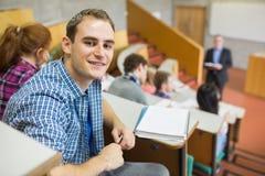Glimlachend mannetje met studenten en leraar bij lezingszaal stock foto's