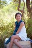 Glimlachend meisje in aard Royalty-vrije Stock Afbeeldingen