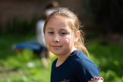 Glimlachend Meisje in Achteryard stock afbeelding