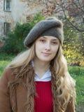 Glimlachend meisje in baret royalty-vrije stock foto