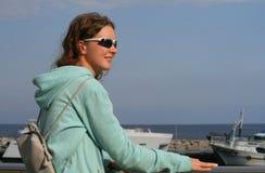 Glimlachend meisje bij de kust royalty-vrije stock fotografie