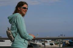 Glimlachend meisje bij de kust stock afbeeldingen