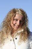 Glimlachend meisje, blauwe hemel Stock Fotografie