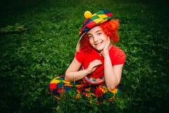 Glimlachend meisje in clownpruik Stock Foto's