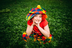 Glimlachend meisje in clownpruik Royalty-vrije Stock Foto's