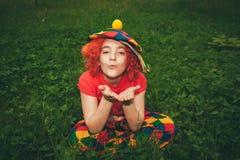 Glimlachend meisje in clownpruik Stock Fotografie