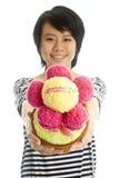 Glimlachend meisje dat bloem geeft Royalty-vrije Stock Foto