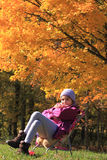 Glimlachend meisje dat door dalingskleuren wordt omringd Royalty-vrije Stock Fotografie