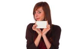 Glimlachend meisje dat een lege geïsoleerdel nota-kaart houdt, royalty-vrije stock foto