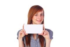 Glimlachend meisje dat een lege geïsoleerdew kaart houdt, Stock Afbeeldingen