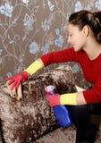 Glimlachend meisje dat het huis schoonmaakt Royalty-vrije Stock Afbeeldingen