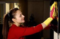 Glimlachend meisje dat het huis schoonmaakt Stock Foto