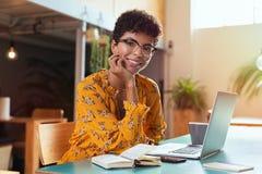Glimlachend meisje dat laptop met behulp van stock foto