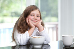 Glimlachend meisje dat ontbijtgraangewas eet Stock Foto's