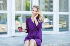 Glimlachend meisje dat op de telefoon spreekt Stedelijk concept levensstijl, het werk Stock Foto's