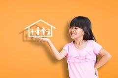 Glimlachend meisje dat op familiesymbool toont Stock Afbeelding