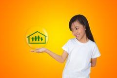 Glimlachend meisje dat op familiesymbool toont Stock Fotografie