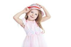 Glimlachend meisje dat op hoed probeert royalty-vrije stock afbeelding