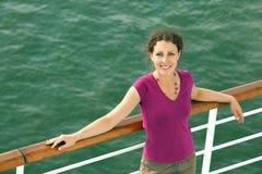 Glimlachend meisje dat op schip reist stock afbeelding