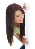 Glimlachend meisje dat wit aanplakbord houdt Stock Afbeeldingen