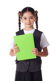 Glimlachend meisje dat zich met boek bevindt stock afbeelding
