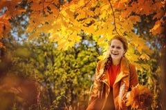 Glimlachend meisje in de herfstpark Stock Afbeelding
