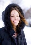 Glimlachend meisje in de kap met bont Stock Afbeeldingen