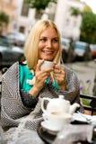 Glimlachend meisje in de straatkoffie Royalty-vrije Stock Afbeeldingen
