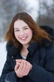 Glimlachend meisje in de winter Royalty-vrije Stock Foto