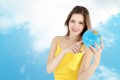 Glimlachend meisje die aan kaart van de wereld richten Stock Afbeeldingen
