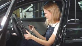 Glimlachend meisje die een auto controleren stock video