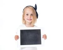 glimlachend meisje die een witte kaart houden, Stock Fotografie