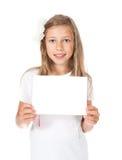 glimlachend meisje die een witte kaart houden, Royalty-vrije Stock Fotografie
