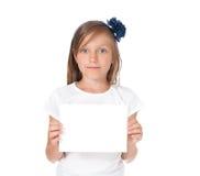 glimlachend meisje die een witte kaart houden, Stock Foto