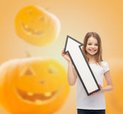 Glimlachend meisje die grote witte pijl houden Stock Afbeeldingen