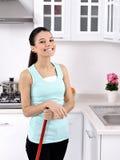 Glimlachend meisje die het huis schoonmaken royalty-vrije stock foto's