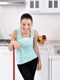 Glimlachend meisje die het huis schoonmaken royalty-vrije stock fotografie
