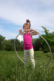 Glimlachend Meisje die met Hula-Hoepel van Mooie de Lentedag in het Park genieten Royalty-vrije Stock Fotografie