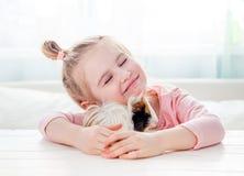 Glimlachend meisje die proefkonijn koesteren royalty-vrije stock foto