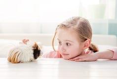 Glimlachend meisje die proefkonijn koesteren royalty-vrije stock foto's