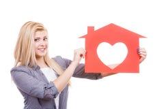 Glimlachend meisje die rood document huis met hartvorm houden Royalty-vrije Stock Fotografie