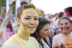 Glimlachend meisje die van de Kleurenlooppas Boekarest Gelukkigste 5k op de planeet genieten! royalty-vrije stock fotografie