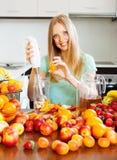 Glimlachend meisje die vruchten dranken maken royalty-vrije stock afbeeldingen