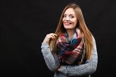 Glimlachend meisje die warme houten sjaal dragen Royalty-vrije Stock Foto
